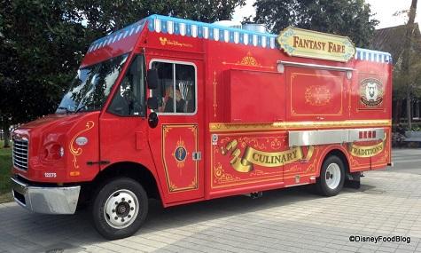 Dieser FoodTruck erinnert ein bisschen an einen Zirkus Wagen und bringt Speisen aus den verschiedenen Magic Kingdoms