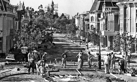 Kurz vor der großen Eröffnung des Parks ist die Main-Street noch eine Baustelle.