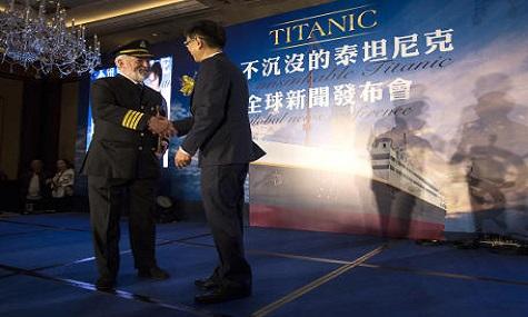 Bernard Hill spielte in der Titanic Verfilmung von 1997 mit Leonardo di Caprio die Rolle Kapitäns Edward John Smith. Sein Mitwirken am Projekt soll es pietätvoll erscheinen lassen. Ein fader Beigeschmack bleibt allerdings.