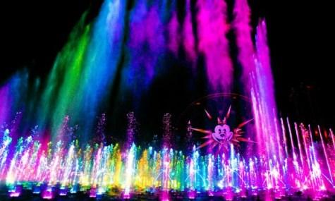 Am Abend findet am Paradise Pier des Disney California Adventue die farbenfrohe World of Color statt