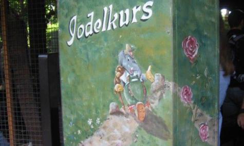 Der Jodelkurs sorgt für Abwechslung bei der Tiroler Wildwasserbahn - Anklicken zum Vergrößern!