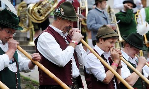 Das Münchner Oktoberfest findet seit 1810 auf der Theresienwiese statt und wird weltweit hundertfach kopiert. Es gilt als größtes Volksfest der Welt.