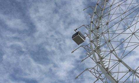 Noch hängt die Gondel einsam und allein am neuen Orlando Eye - Riesenrad