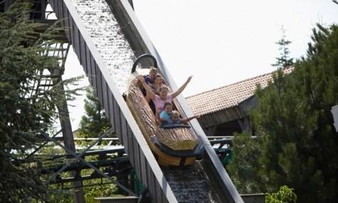Wildwasserbahn und Achterbahn, nur zwei von vielen Familienattraktionen in Kernies Familienpark