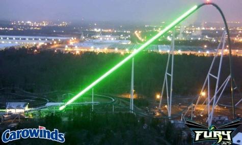 Grün und hell, leuchtet der Lifthill des Fury 325 in die Nacht hinein