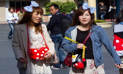 Zwei ganz normale Parkbesucher in Tokio Disney, natürlich mit Popcornbecher