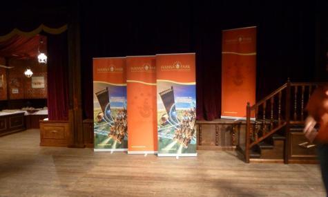 Banner und weitere Kärnan Elemente schmückten das Theater.