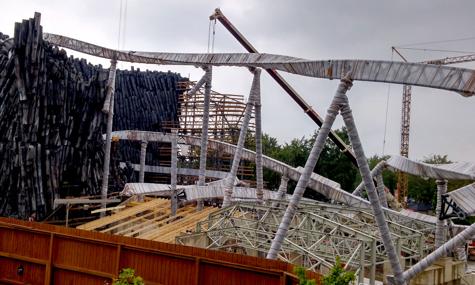 Stahl, Beton und Holz - Die Achterbahn Taron im neuen Themenbereich Klugheim wächst und die Fans des Phantasialands freut es (im Bildhintergrund ein Kran des RCS-Teams)