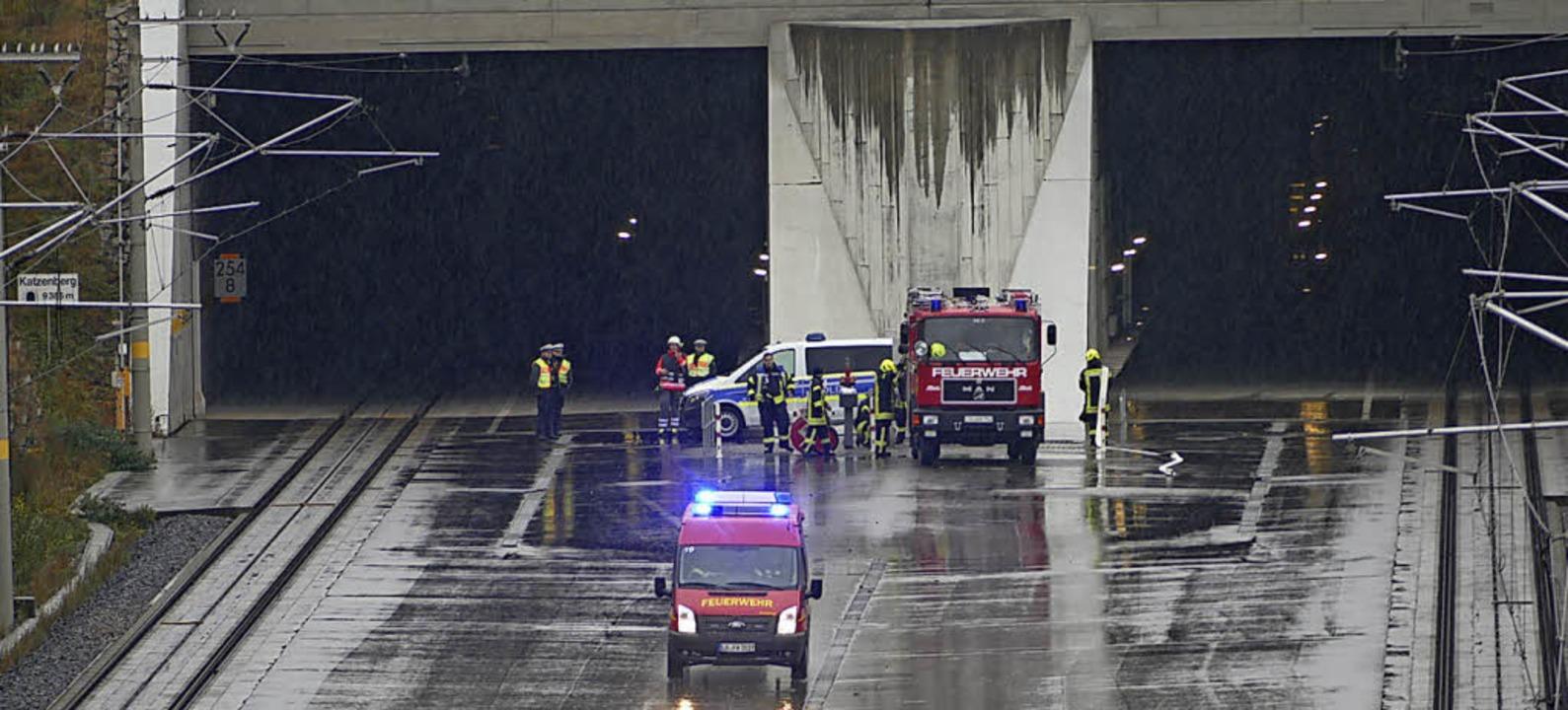 Vor dem Tunnel pumpt die Feuerwehr das...r aus dem Reservoir in die Leitungen.   | Foto: SENF