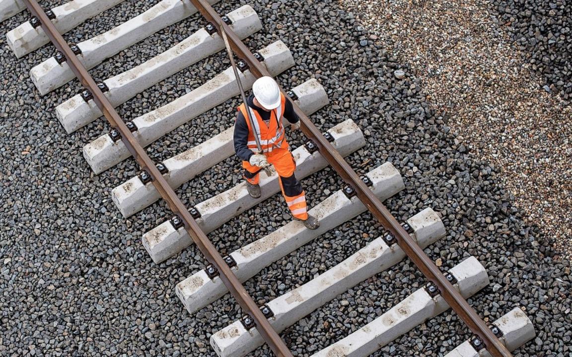 Zu Beginn des neuen Jahres starten die...r die Rheintalbahn im Bereich Auggen.   | Foto:  dpa