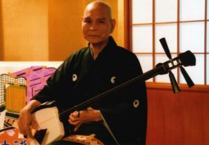御年78歳!の超絶三味線を弾く曲師、伊丹秀敏(いたみひでとし)師匠。 音色もリズムも自由自在、三味線奏者必見(必聴)の至芸。
