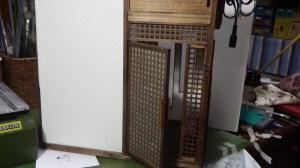 紙製は厚みがないので間にアクリルを挟み込んで和風のドアを制作しました。
