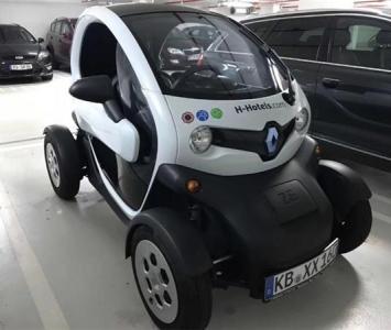 雷諾Twizy充滿電能跑一百公里,一個位子、一個方向盤、一個安全氣囊,只要20萬