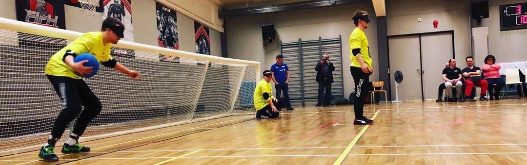 Kuvituskuva: Aisti Sportin flumino-keltapaitaiset pelaajat pelikentällä hyökkäystilanteessa.