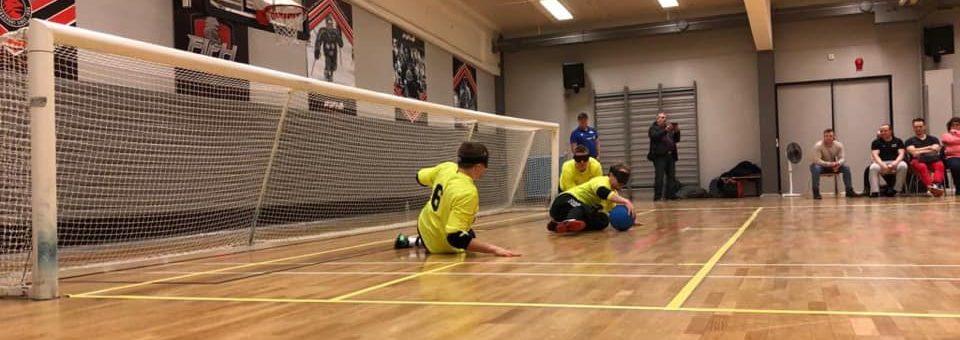 Puolustustilannekuva, jossa Aisti Sportin SEGL-joukkue on juuri torjunut pallon eteen. Taustalla näkyy katsojia.