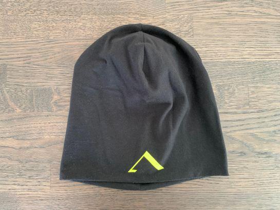 Musta Aisti beanie: musta ohuehko sporttinen pipo, jossa fluminon värinen a-logo otsassa.