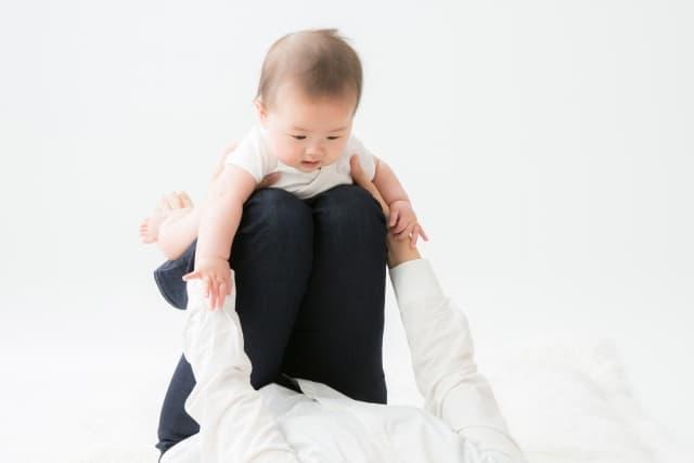 赤ちゃんとヨガをしている女性