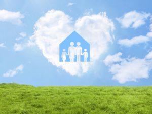 草原にハートの雲、家と家族