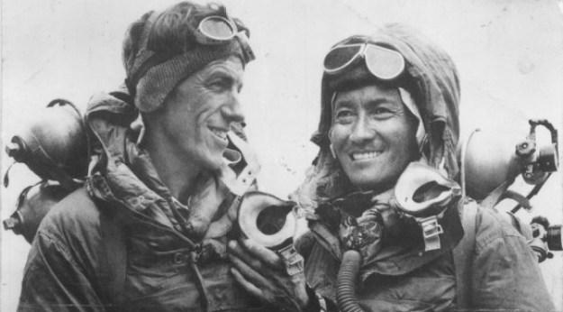 Edmund Hillary menaklukkan Gunung Everest: