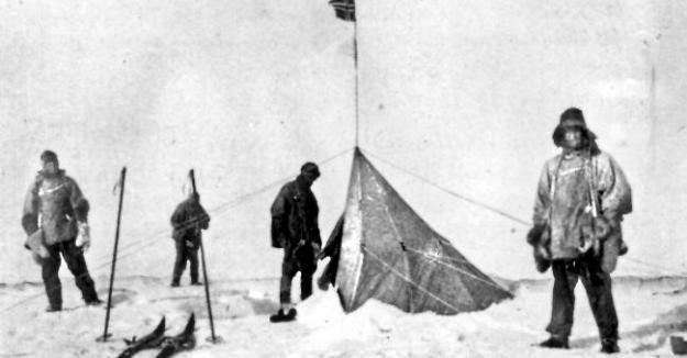 Roald Amundsen (Norwegia) adalah orang pertama yang mencapai Kutub Selatan