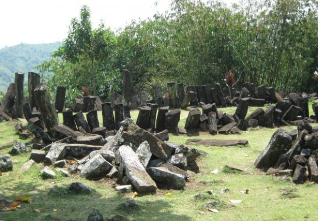 apisan batuan alamiah dengan perkiraan umur maksimum 10.500 tahun sebelum Masehi