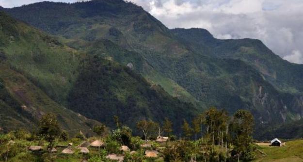 "Gunung Tyom di Lembah Baliem, Wamena, Papua (3°58'38.2292""S 139°1'45.2489""E)"