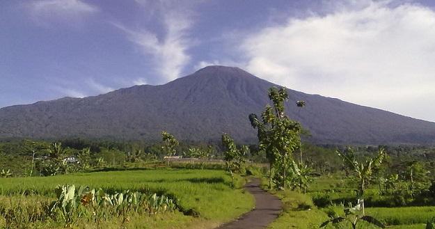 Gunung Slamet dilihat dari Karangsalam, Baturraden (2011)