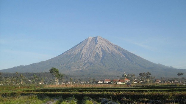 Gunung Semeru Menjulang Tinggi dari Kejauhan