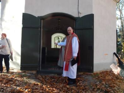 Õpetaja Kaido Saak palub külalistel lahkesti sisse astuda