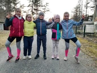 Lõuna-Läänemaa II Jooksunädal: jookseb tore Tuudi jooksugrupp koosseisus Ketely Alpius, Emily Alpius, Kaarel Tšekenjuk, Susanna Elisabeth Laidna, Johanna Tšekenjuk.