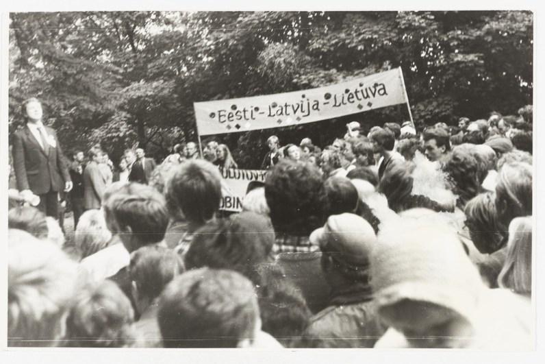 Hirvepargi meeleavaldus Molotovi-Ribbentropi pakti aastapäeval Tallinnas '87, rahvas loosungiga / Foto: Eesti Rahva Muuseumi fotokogu