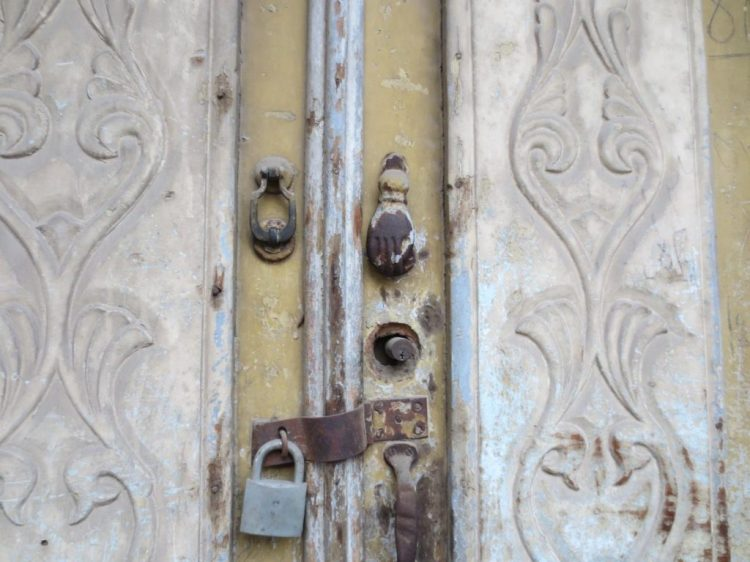 A door knob in the old style in Dezful, with a large knocker for men and a smaller one for women.