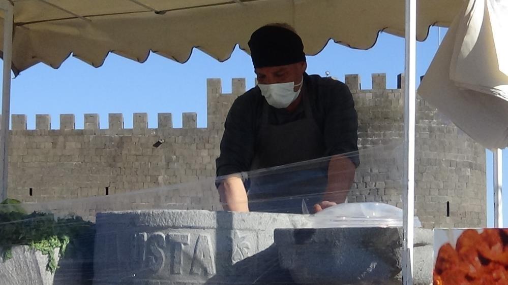 Diyarbakırlı taş ustası, bazalt taşından çiğ köfte teknesi yaptı