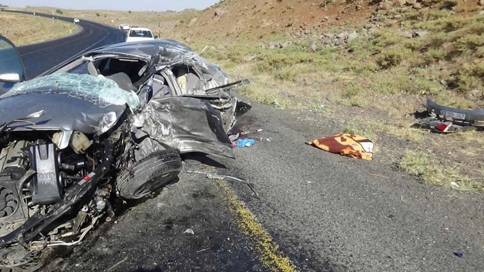 Diyarbakır'da tuğla yüklü kamyon ile otomobil çarpıştı: 2 ölü