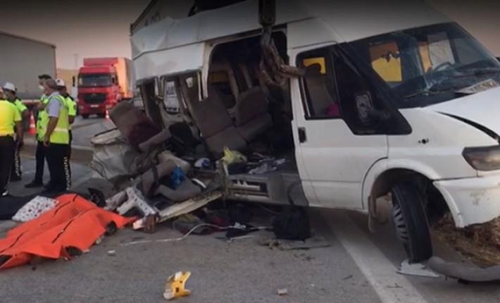 tarım işçilerinin taşındığı minibüse TIR çarptı: 3 ölü, 15 yaralı