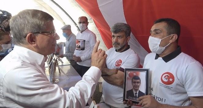 Ahmet Davutoğlu evlat nöbetindeki aileleri ziyaret etti