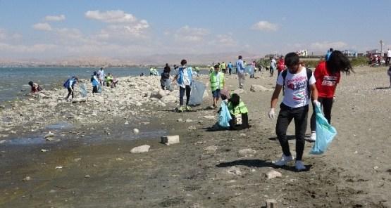 Van Gölü kıyıları çöpten arındırıldı