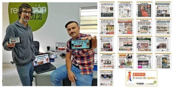 Manuel Azuaga y Roberto López en el estudio de radio mostrando el nuevo blog del programa