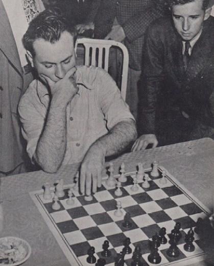 Reuben Fine analizando una posición. Foto: www.chesshistory.com/