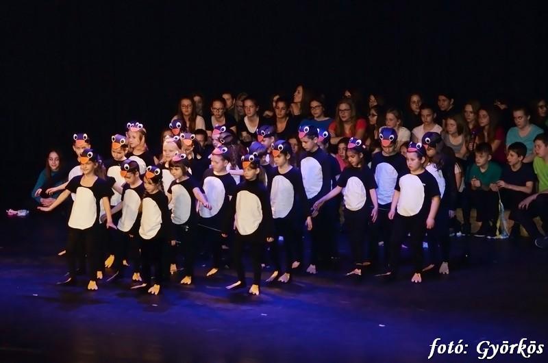 Vidám diákélet színdarabban elmesélve, dalok, táncok a gálán