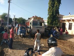 सरकारी स्कूल के पास बिच राह में फांसी मेले मे आती ट्रक