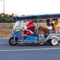 サンタがトナカイ乗せトゥクトゥクで走る富津の謎!