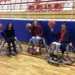 Entrenando con el equipo de baloncesto