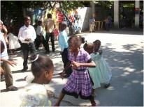 Uma professora foi convidada a criar atividades com as crianças, como organizar brincadeiras, músicas, danças e poesias e até dando lições de higiene.