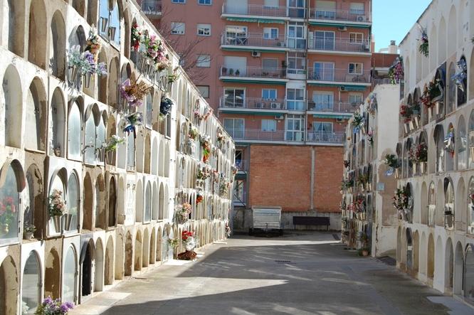 Els serveis dels cementiris de Badalona s'amplien per la diada de Tots Sants a Badalona
