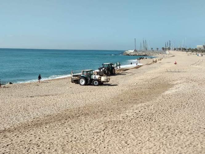 Avui es comencen a posar a punt les platges de Badalona per quan la situació actual permeti gaudir d'aquest espai