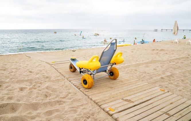 La platja de l'Estació de Badalona disposa del Servei d'acompanyament al bany per a persones amb diversitat funcional