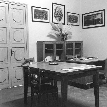 Espai de la biblioteca del Museu Postal i Filatèlic al Palau de la Virreina, desembre de 1959 Font: col·lecció Ramon Marull, autor desconegut