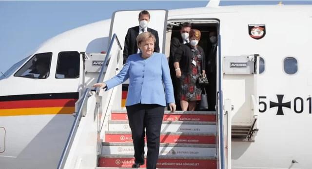 """Merkel në Tiranë! E veshur me """"blu"""", mesazhi i """"fshehtë"""" i kancelares gjermane"""