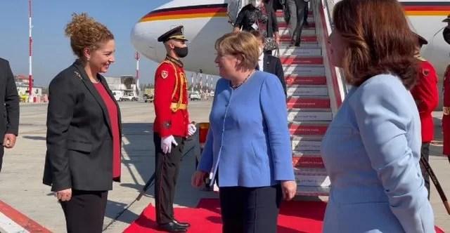 VIDEO/ Nga bllokimi i derës te takimi me Ramën, momentet 'pikante' nga mbërritja e kancelares Merkel në Pallatin e Brigadave